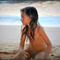 Девочка на пляже :: Mike Collie