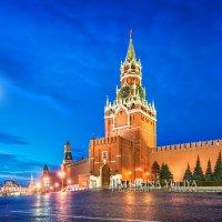 Спасская башня и луна :: Юлия Батурина