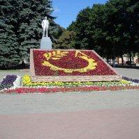 Подмосковье.  Парк городской.  Балашиха. Памятник Ленину. Клумбы. :: Ольга Кривых
