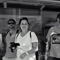 три туриста .... помогаем выбрать в каком варианте лучше -цветной,ч\\б :: Nina Delgado
