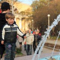 мальчик у фонтана :: Юрий Ермаков