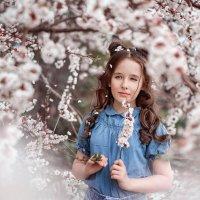 Девочка в цветущем саду :: Елена Энютина