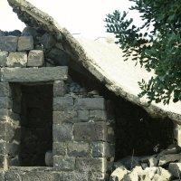 Крыша поехала… базальтовая постройка недалеко от древнего города Кацрин. Голаны. Израиль. iv век. :: сашка ярмарков