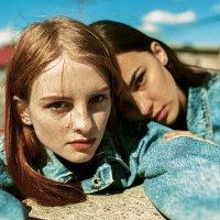 Две девушки на крыше в джинсовке в солнечный день :: Lenar Abdrakhmanov