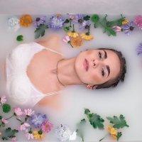 Девушка в ванной с цветами :: Александра Сороколетова