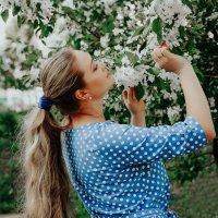 Девушка в саду :: Ольга Рожкова