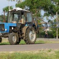 Трактор с опрыскивателем. :: сергей