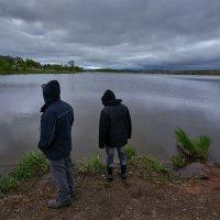 Рыбаки думают,доставать снасти или нет  ... :: Евгений Хвальчев