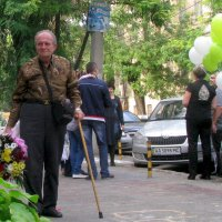 Встреча правнука (возле роддома) :: Галина Юдина