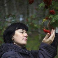 девушка и рябина :: Александр Кулаков