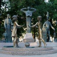 Скульптурная композиция «Дети - жертвы пороков взрослых» на Болотной площади :: Михаил Силин