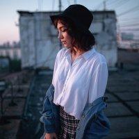 Девушка в шляпе и белой рубашке с джинсовкой смотрит на закат на крыше :: Lenar Abdrakhmanov