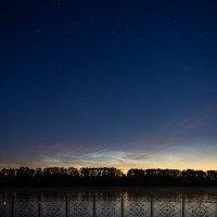 Комета C/2020 F3 (NEOWISE)  на фоне серебристых облаков :: Виктор Каирский