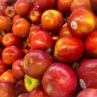 Яблочки в магазине :: Александр Деревяшкин