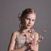 Девочка с веточкой :: Larisa Ulanova