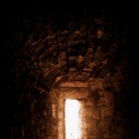Подошвенная бойница внутри Воротной башни крепости Орешек :: Светлана Ляшко