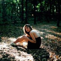Девушка в черном платье греется на солнышке в лесу :: Lenar Abdrakhmanov