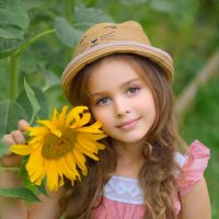 Теплый летний портрет с подсолнухом. :: Наталья