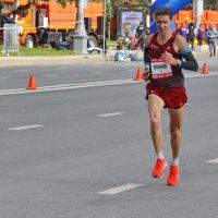 Третьим бежит Николай Волков. Он отстанет от победителя на 1 мин. 16 с. :: Александр Чеботарь