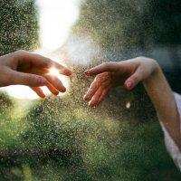 Пальцы соприкасаются на фоне солнечных капель воды :: Lenar Abdrakhmanov