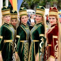 Кавказские девушки. :: Геннадий Оробей
