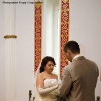 Жених надевает кольцо невесте :: Сергей Мягченков