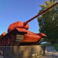 Советский танк, немецкая машина и мирное небо... :: Анатолий Тимофеев
