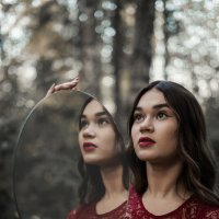Девушка с зеркалом :: Юлия Крапивина
