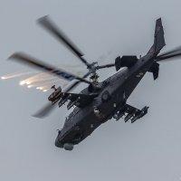 Отстреливая ИК ловушки и дипольные отражатели Ка-52 покинул зону спецоперации :: Павел Myth Буканов
