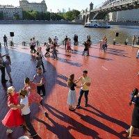 танцы у воды зажигают :: Олег Лукьянов