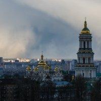 Снежный заряд над Лаврой :: Олег