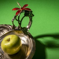 Поднос с яблоком :: Николай Галкин