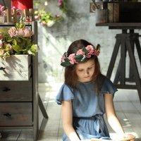 Девушка сидит на полу и читает книгу :: Наталья Преснякова