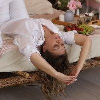 Портрет девушки на кровати :: Наталья Преснякова
