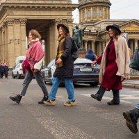 Внимание! По центру Петербурга гуляют веселые девушки! :: Майя Жинка