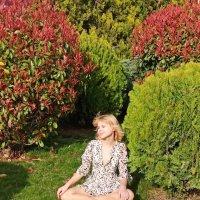 Красивая девушка сидит на природк :: Елена