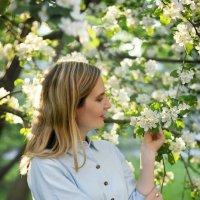 Портрет девушки в цветении яблони :: Наталья Преснякова