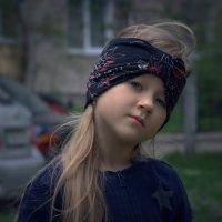Внучка со скепсисом оценивает моё предложение пойти поискать Кудыкину гору :-) :: Глeб ПЛATOB