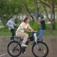 Промокшая велосипедистка... :: Андрей Хлопонин