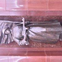 Бауманская (станция метро) Скульптура, изображающая воина Красной Армии. :: Александр Качалин