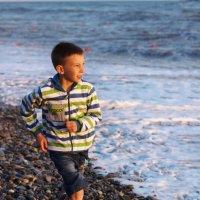 Пробежка мальчика по берегу моря :: Наталья Преснякова