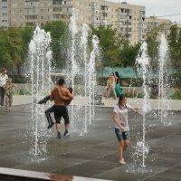 Оренбург, поющие фонтаны, мужики пришли помыться)) :: Ольга Шевченко