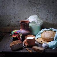 С теплым домашним хлебом и кипяченым молоком. :: Оксана Евкодимова