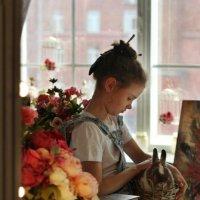 Девочка с кроликом перед окном :: Наталья Преснякова