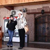 Наши дни. Сказочные персонажи (мама и дочка) у ворот папы Карло... :: Леонид Нестерюк