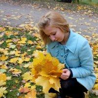 Каждый опавший лист-криком кричащая нота. Листья , летящие вниз - вальсы из позолоты.... :: Людмила Дрозд