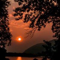 Был обычным закат на речном берегу... :: Мила Солнечная