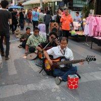 Слепые музыканты на ночном рынке :: Владимир Шибинский