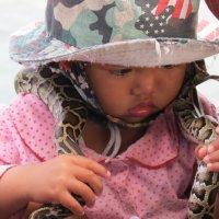 Камбоджийская девочка со своей игрушкой :: Наталья Нарсеева