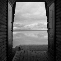 В открытую дверь... (озеро Нарочь, Беларусь) :: Олег Неугодников